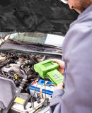 Auto mekaniker som testar det elektriska systemet på bilen Arkivbild