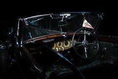 Auto Mercedes-Benzs 540K Retro- Auto Adler Trumpf brauner Retro- Cabrio-Limousinen-Dunkelheitsinnenjuniorluxushintergrund stockfoto