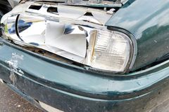 Auto met beschadigde koplamp daarna stock foto's