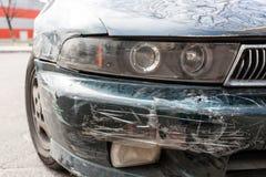 Auto met diepe schade wordt gekrast die stock foto