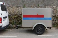 Auto met een aanhangwagen op de straat wordt geparkeerd die stock fotografie