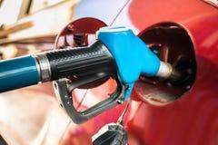 Auto met een Benzinepomp stock afbeelding