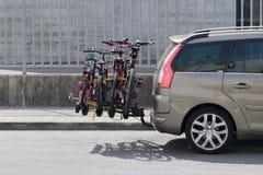 Auto met een fietsenrekvervoer stock foto's