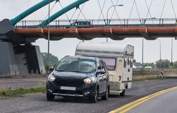 auto met een het kamperen aanhangwagen stock afbeeldingen