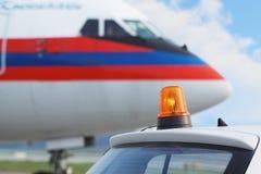 Auto met flitser op dak en vliegtuigen Stock Foto's