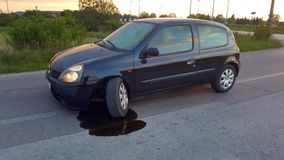 Auto met gebroken wiel Stock Foto