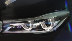 Auto met koplamp het opvlammen stock videobeelden