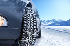 Auto met opgezette sneeuwkettingen Stock Foto's