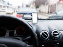 Auto met Smartphone in houder stock foto