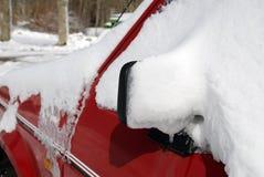 Auto met sneeuw Stock Afbeelding