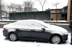 Auto met sneeuw en glimlach Royalty-vrije Stock Foto's