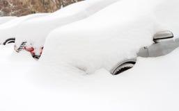 Auto met sneeuw in het parkeren wordt behandeld dat royalty-vrije stock afbeeldingen