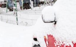 Auto met sneeuw na een onweer wordt behandeld dat Stock Foto