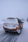 Auto met sneeuw op de winterweg Royalty-vrije Stock Afbeeldingen
