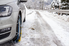 Auto met sneeuwkettingen op bevroren straat stock afbeeldingen