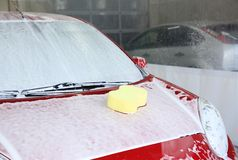 Auto met spons op zijn bonnet royalty-vrije stock afbeeldingen