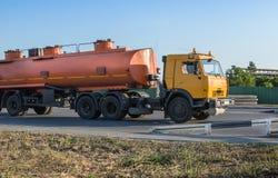 Auto met tank Stock Foto's