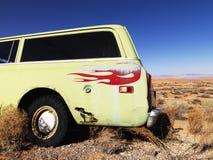 Auto met Vlammen die in Woestijn worden geparkeerd Stock Fotografie