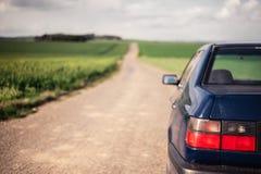 Auto met vooruit weg Royalty-vrije Stock Foto's