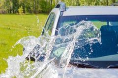 Auto met water wordt gespoeld dat stock fotografie