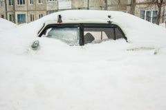 Auto met witte sneeuw in de winter wordt behandeld die Royalty-vrije Stock Foto's