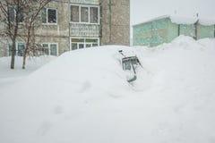 Auto met witte sneeuw in de winter wordt behandeld die Stock Fotografie
