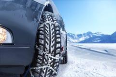Auto mit angebrachten Schneeketten Stockfotos