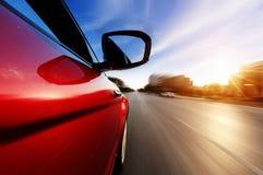 Auto mit Bewegungsunschärfehintergrund Lizenzfreie Stockfotos