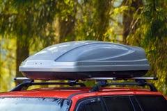 Auto mit Dachgepäck-Kastenbehälter für Reise stockfoto