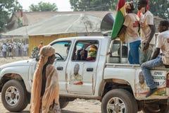 Auto mit den Aktivisten, die zu einer eletoral Kampagnensammlung vorangehen Stockfoto
