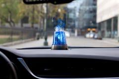Auto mit drehender Notbeleuchtung Stockfotos