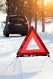 Auto mit einem Zusammenbruch im Winter lizenzfreies stockbild