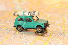 Auto mit Geld auf dem Kartenhintergrund lizenzfreies stockfoto