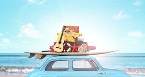 Auto mit Gepäck auf dem Dach bereit zu den Sommerferien stockbilder