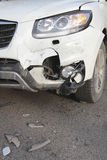 Auto mit zertrümmertem Stoßdämpfer Stockbild