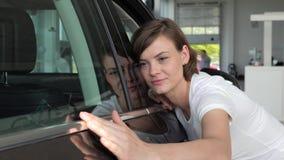 Auto mitt, kvinnlig klient för stående, lycklig kund som kontrollerar henne som är ny lager videofilmer