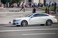 Auto in motie royalty-vrije stock afbeeldingen