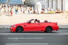 Auto in motie royalty-vrije stock afbeelding