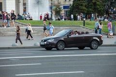 Auto in motie stock afbeeldingen