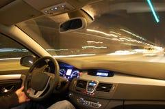 Auto in motie bij nacht royalty-vrije stock foto's
