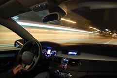 Auto in motie bij nacht Royalty-vrije Stock Afbeeldingen