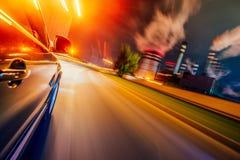 Auto in motie bij nacht Industriële Mening royalty-vrije stock foto