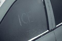 Auto na het bevriezen regen met inschrijving gekrast ijs royalty-vrije stock afbeeldingen