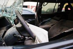 Auto na ongeval Stuurwiel met luchtkussen na neerstorting Stock Foto