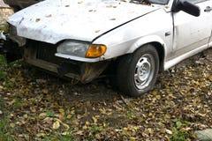 Auto nach Absturz zerschmettertem blauem Autounfall Stockfotos