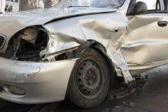 Auto nach Absturz, zerschmettertes blaues Auto, Unfall Lizenzfreies Stockbild