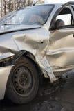 Auto nach Absturz, zerschmettertes blaues Auto, Unfall Stockfotografie