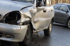 Auto nach Absturz, zerschmettertes blaues Auto, Unfall Lizenzfreie Stockfotos