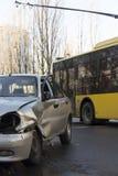 Auto nach Absturz, zerschmettertes blaues Auto, Unfall Stockbild