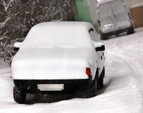 Auto nach Schneefällen in der Stadt. Stockbild